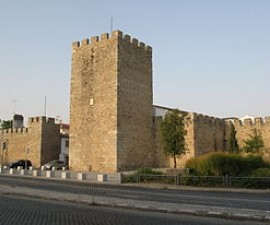 Evora - Castle Walls by Ho Visto Nina Volare @Wikimedia.org