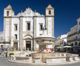 Evora - Praca do Giraldo by Digitalsignal @Wikimedia.org
