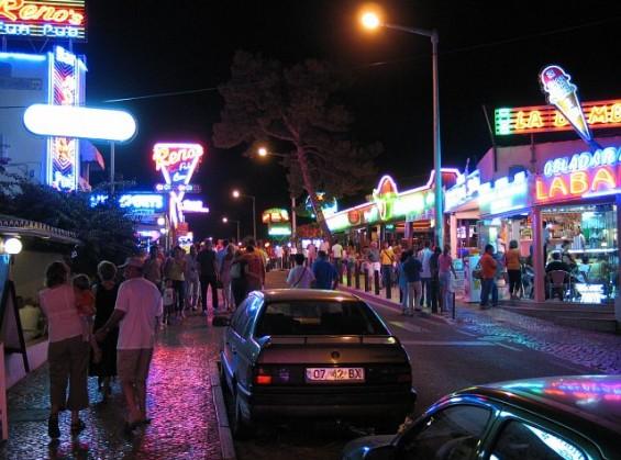 Albufeira Nightlife by Osvaldo Gago @Wikimedia.org