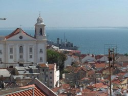 Lisbon - Alfama Neighbourhood Overview by Georges Jansoone @Wikimedia.org