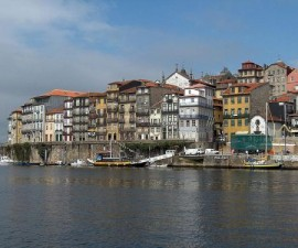 Porto - Cais Ribeira by Georges Jansoone @Wikimedia.org